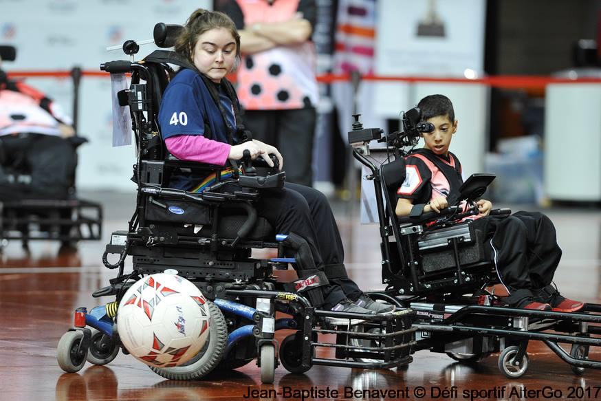 2 joueurs pratiquand le powerchair soccer en match
