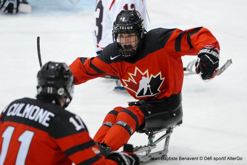 2 athlètes de para hockey en match