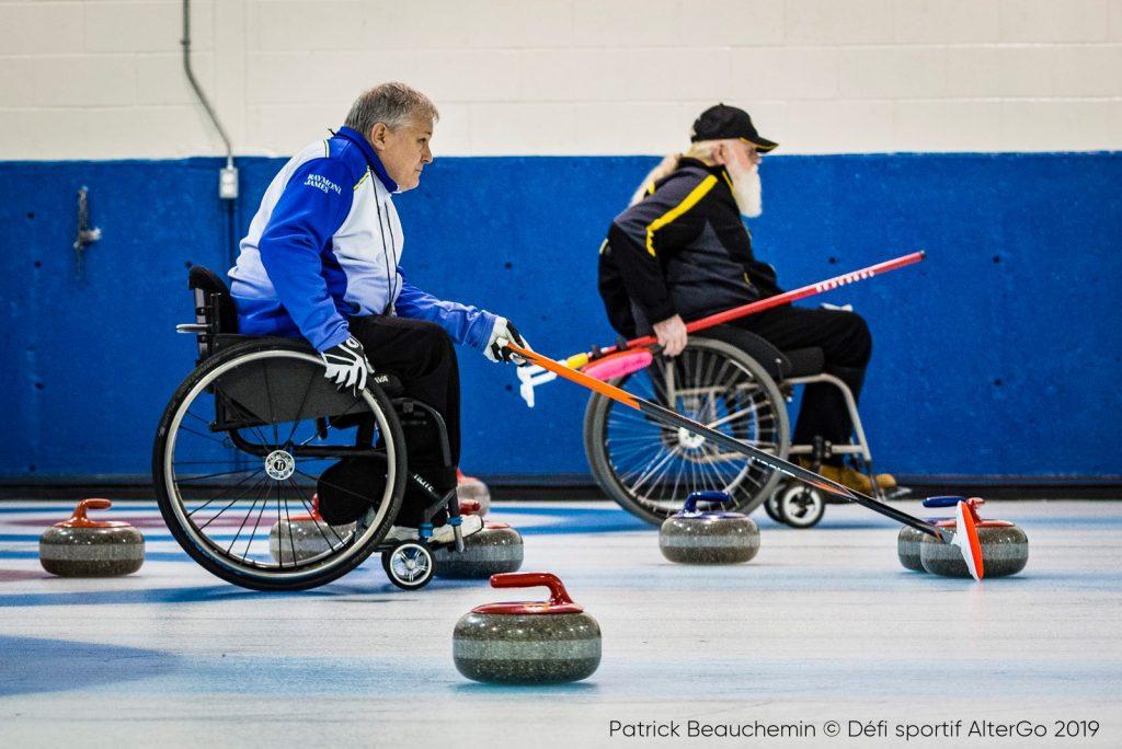 2 hommes jouant au curling adapté en fauteuil