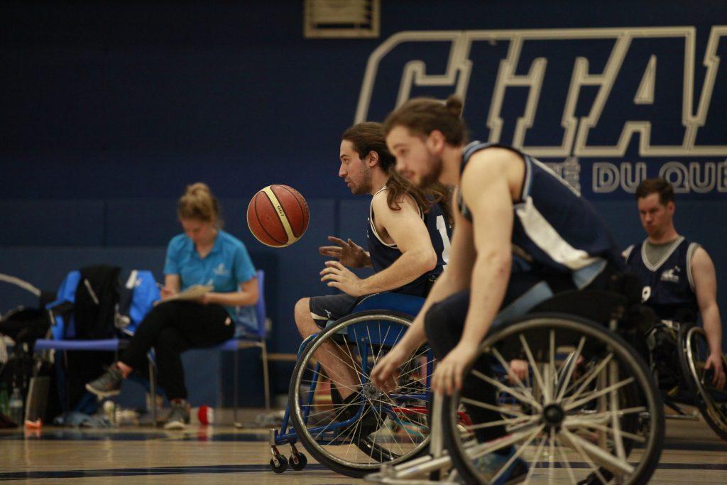 2 hommes jouant au basketball en fauteuil roulant