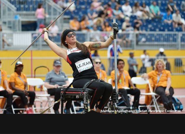 femme lancant le javlot en fauteuil roulant