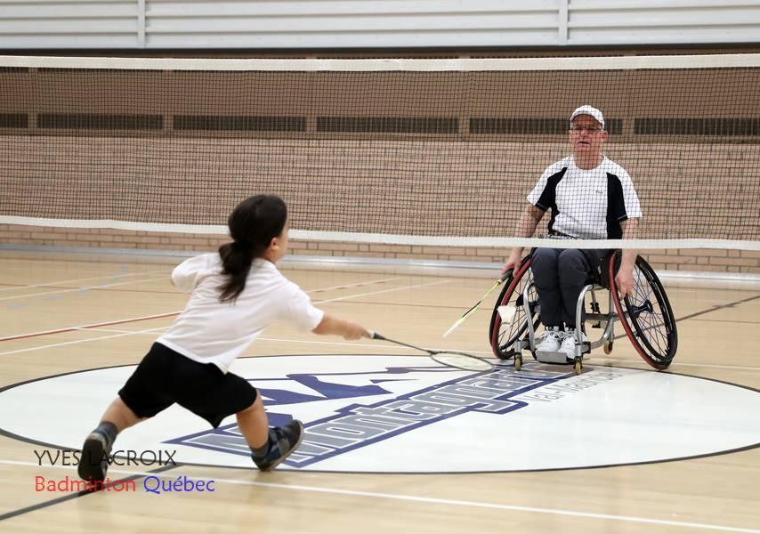 une personne de petite taille et une personen en fauteuil roulant s'affrontant au parabadminton