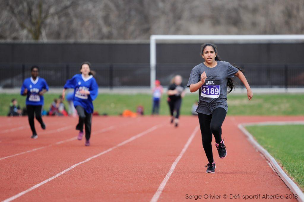 une jeune athlète de para athlétisme faisant de la course sur piste.