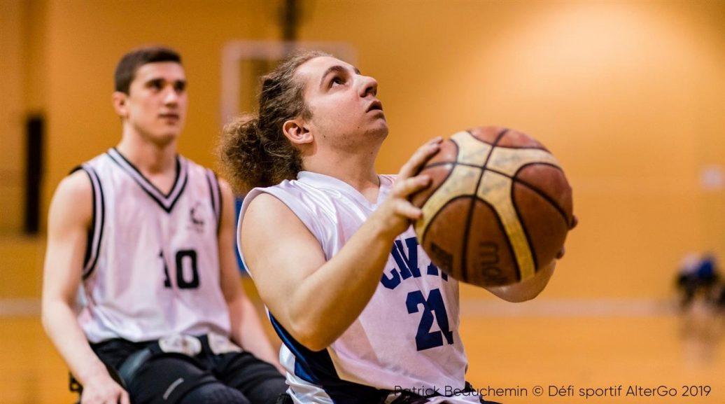 2 jeunes hommes pratiquant le basketball en fauteuil roulant