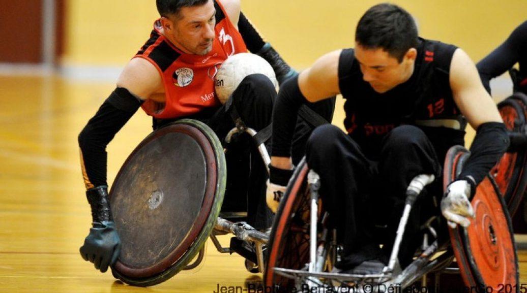 2 hommes pratiquant le rugby en fauteuil roulant